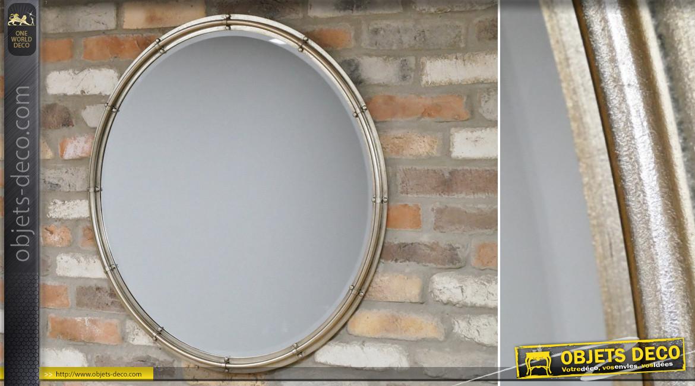 Grand miroir rond de Ø80cm avec encadrement en métal ambiance atelier de fabrication, finition inox brossé