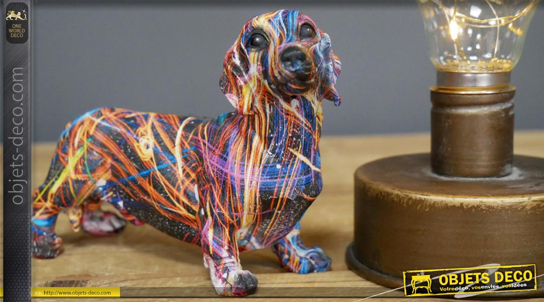 Mini chien saucisse en résine aux finitions brillantes, design coloré pour ambiance contemporaine, 13cm
