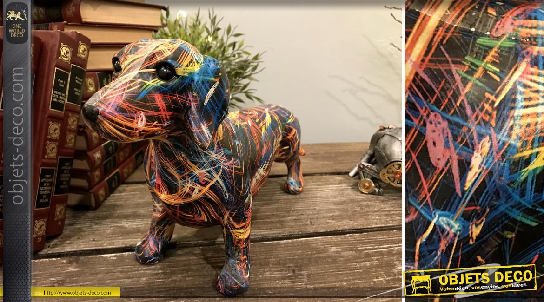 Représentation d'un teckel en résine, finition colorée pour ambiance moderne design, 20cm