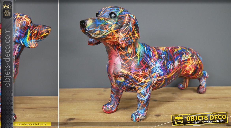 Représentation d'un chien saucisse en résine, esprit design moderne avec couleurs très vives, 42cm