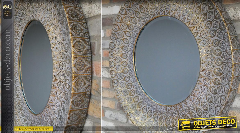 Grand miroir mural rond en métal finition vieux doré, esprit moucharabieh, ambiance orientale, glace biseautée, Ø93cm
