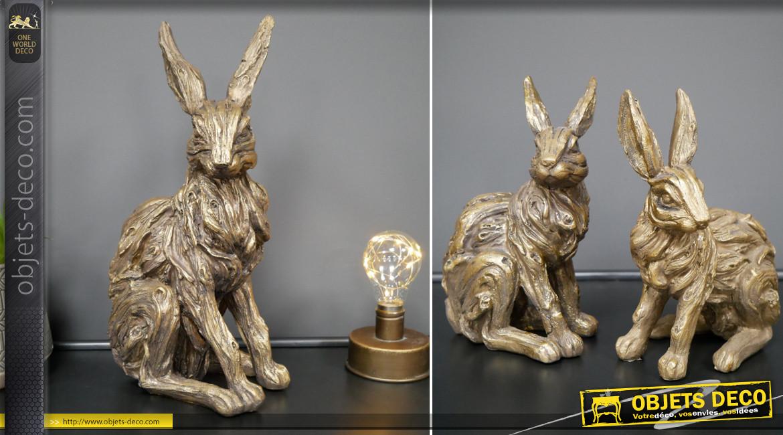 Série de deux statuettes en résine représentant deux lapins sauvages, finition dorées effet vieille patine, 19cm