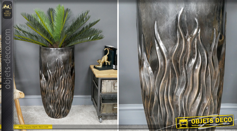 Grand cache pot en résine effet métal sculpté, finition anthracite brillant, formes de flammes, 70cm