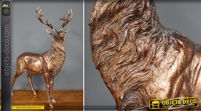 Représentation d'un grand cerf en résine, finition bronze cuivrée effet vieilli, ambiance roi de la forêt, 55cm