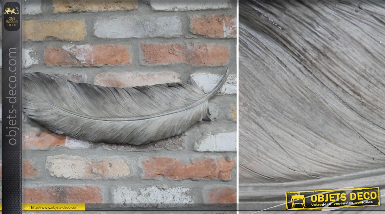Plume de décoration murale en résine de 58cm de long, finition grise déclinée, ambiance romantique