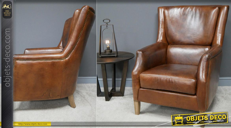 Grand fauteuil en cuir véritable, modèle dit liseuse, finition brun cognac effet ancien, pieds en chêne massif, 99cm