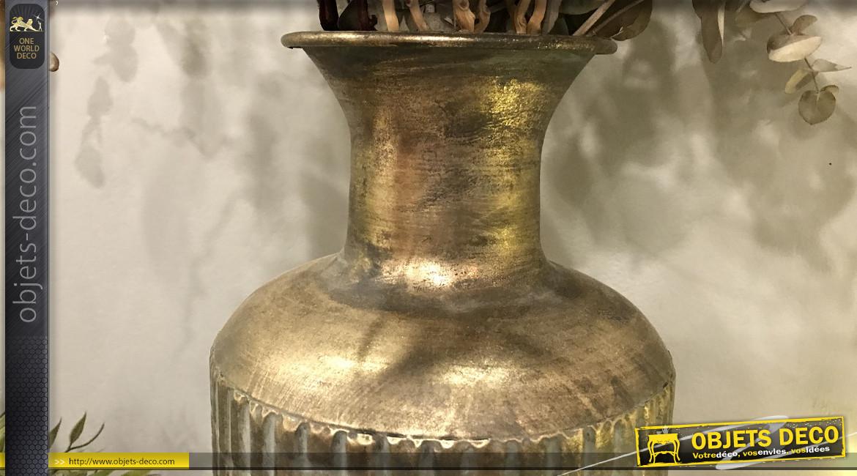Vase moderne en métal avec motifs en relief, finition chromé ancien et reflets dorés, ambiance épurée, 46cm