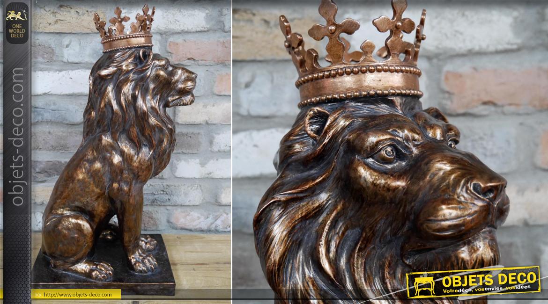 Grande représentation de lion majestueux en résine, finition bronze cuivré brillant, couronné et impérial, 54cm