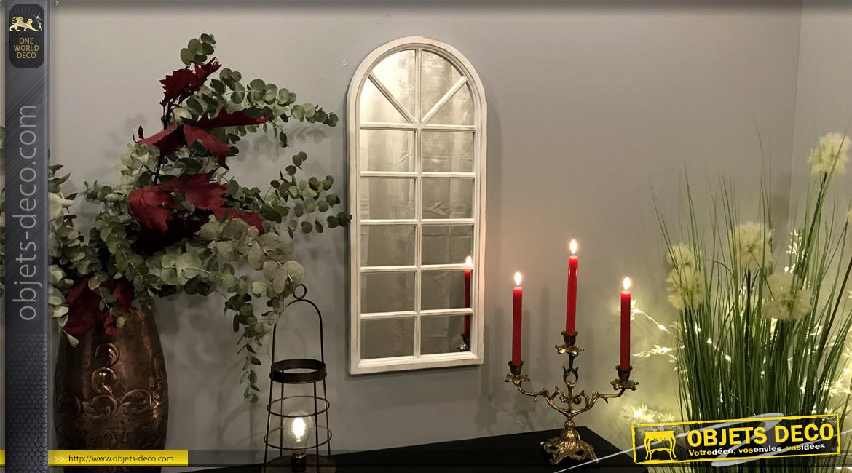 Grand miroir mural en forme de fenêtre, finition blanc effet ancien et patine dorée, ambiance romantique jardin d'hiver, 75cm
