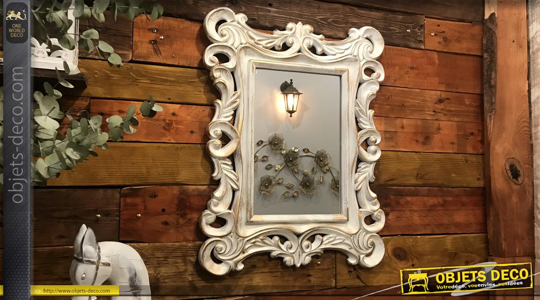Miroir rectangulaire de style boroco romantique, finition blanc effet ancien avec reflets dorés, ambiance chic, 65cm
