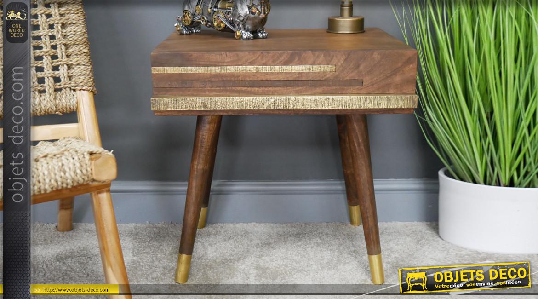Table de chevet en bois de manguier massif, un tiroir habillé avec bandes de laiton effet vieilli, style ethnico ivoirien, 51cm