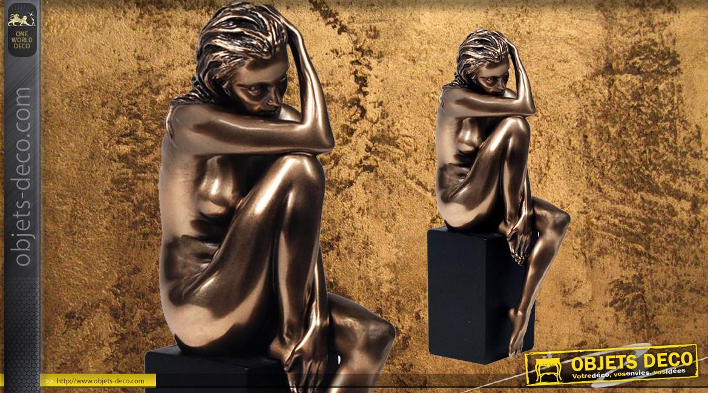 Pensive et Songeuse, représentation d'une femme nue assise sur un piédestal, en résine finition bronze doré, collection Nudités, 20cm