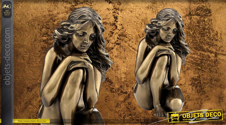 Seule et Perdue, représentation d'une femme nue et assise, en résine finition bronze doré effet ancien, collection Nudités, 12cm