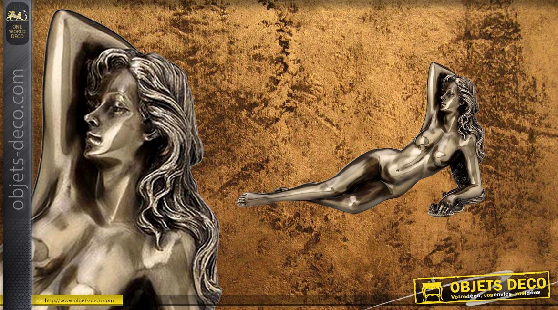 Allongée et relaxée, représentation d'une femme nue en résine, finition vieux bronze et reflets dorés, collection Nudités, 21cm