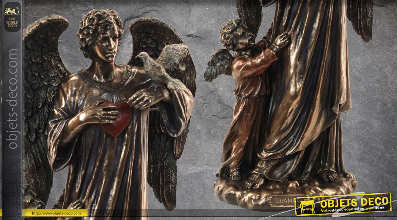 Archange Chamuel, représentation de l'ange de la bonté et de l'amour en résine, accompagné d'un angelot, finition laiton vieilli, collection Terre des Dieux, 29cm