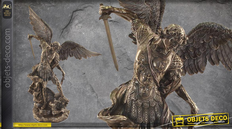 Archange Saint-Michel, représentation de 78cm de l'ange combatant le mal, ailes déployées, en résine finition bronze vieilli, collection Terre des Dieux