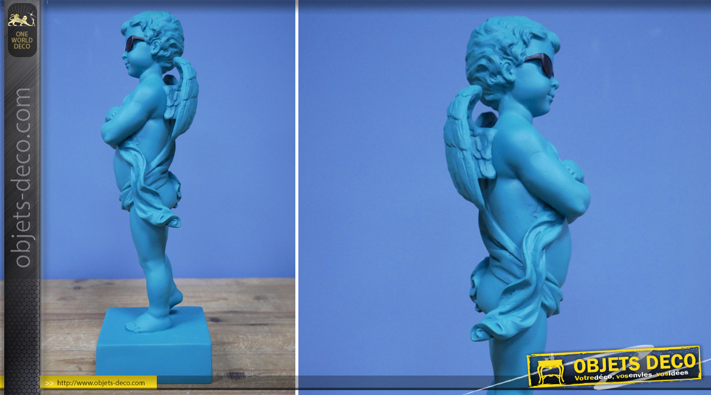 Ange en résine sur socle, ambiance contemporaine, finition bleu azur clair, collection Angelots, 29cm