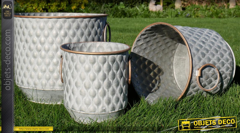 Série de trois cache-pots en métal de forme ronde, anneaux déco latéraux et habillage effet capitonné, Ø26cm