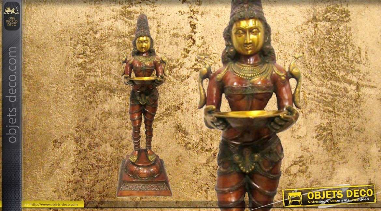 Représentation en laiton massif de la déese Lakshmi, postée debout sur socle, finitions effet anciennes, 45kg - 132cm