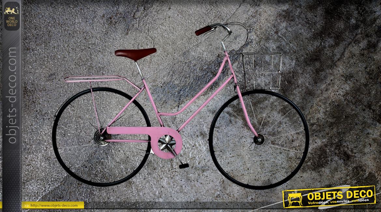 Vélo mural en métal, modèle féminin part la forme et la finition rose poudré, ambiance rétro romantique, 80cm