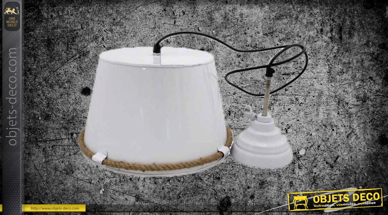 Suspension lumineuse en métal finition blanc ancien, avec cerclage de corde, ambiance vieille ferme, Ø32cm