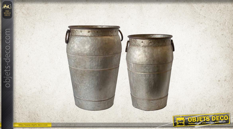 Série de 2 jardinières en métal effet vieux zinc, forme d'amphore oxydée, 54cm