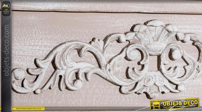 Grand manteau de cheminée en bois de sapin finition blanc céruse, fronton habillé de rosaces, pieds sculptés, 134cm