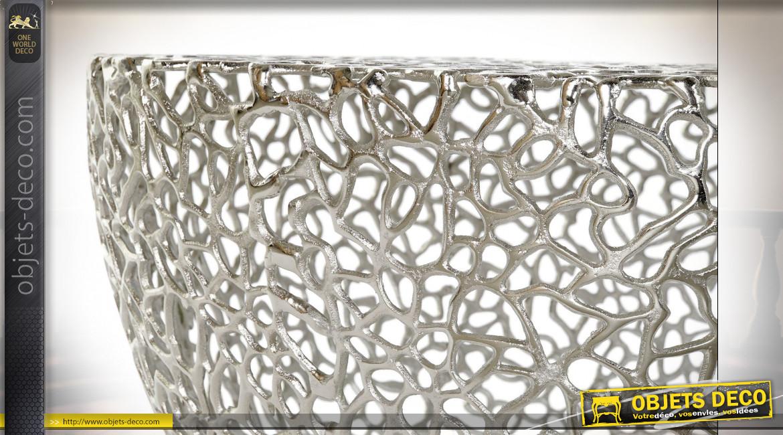 Table basse circulaire en aluminium ajouré finition argenté brillant ambiance moderne, Ø76cm
