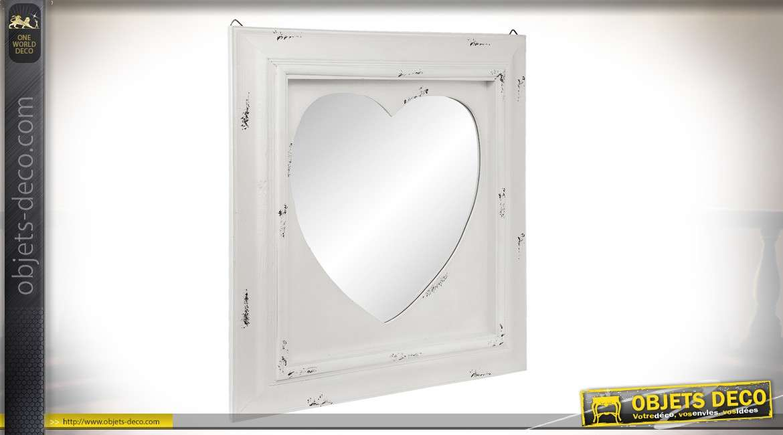 Miroir carré en bois avec forme de coeur en son centre, style romantico-chic