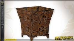Série de 5 cache-pots en métal motifs floraux finition oxydée