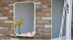 Miroir mural en métal finition blanc vieilli, en métal effet usé avec tablette et chainettes déco, 70cm