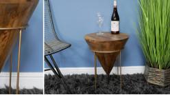 Table d'appoint conique en bois de manguier sur socle en métal doré, esprit trophée sculpté, Ø40cm