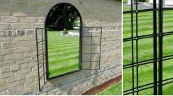 Miroir mural en métal finition charbon, esprit fenêtre cintrée et façade en volets ouvrables, 115cm
