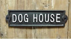 Plaque murale en fonte, Maison du chien, en noir et blanc finitions effet anciennes, 22cm