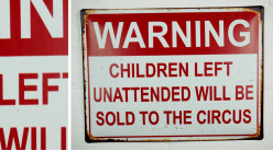 Plaque murale en métal, Attention les enfants laissés sans surveillance seront vendus au cirque, finition effet oxydé, 40cm