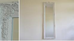 Miroir en résine et bois de style baroque, finition blanc ancien et reflets dorés, ambiance chic, 130cm