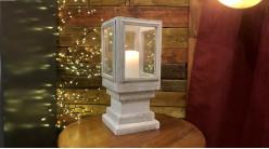 Lanterne décorative en bois finition blanchi et verre de forme carrée, effet piédestal, ambiance vieille maison, 48cm