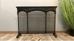 Grand pare-feu en métal noir et pieds en bois foncé, 3 parties fixes avec effet de colonnes en façades, 106cm