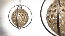 Suspension cage en métal avec sphère suspendue au centre habillée de feuille, finition doré antique et noir, Ø36cm