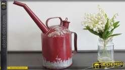 Arrosoir en métal rouge de style rétro et industriel