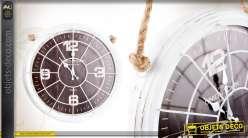 Horloge murale en métal coloris blanc patiné avec support en corde