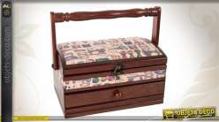 Boîte à couture rétro brun antiquaire et tapisserie à motifs