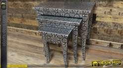 Série de 3 tables basses gigognes de style marocain noir et argent