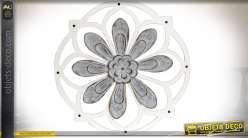 Grande fleur en relief en métal gris sur structure en bois blanc forme rosace Ø 76 cm