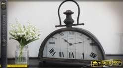 Horloge à poser en demi-lune style antiquité en bois et métal vieilli 36 cm