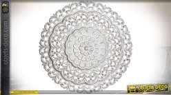 Décoration murale circulaire en bois sculpté motifs fleurs stylisées blanches Ø 90 cm