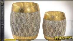 Série de deux bouts de canapé de style oriental en métal doré et ajouré 42 cm