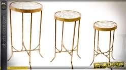 Série de trois table gigognes rondes en métal doré vieilli plateaux en verre 81,5 cm
