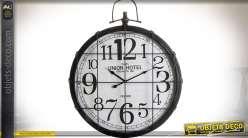 Horloge de style rétro et industriel en métal avec grille en façade 73 cm