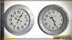 Série de 2 horloges en métal aspect zinc ancien style rétro et indus. Ø 68 cm